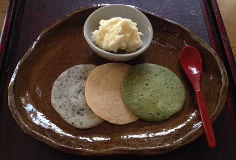 左からゴマ、きなこ、抹茶。ココナッツ風味の米粉あんを添えて