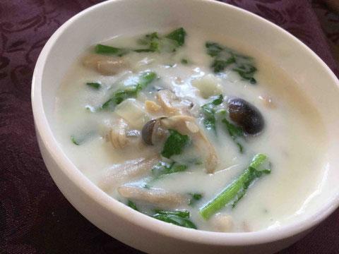 クリームスープは、具材が煮上がったら牛乳にとかした米粉を加えるだけでとろみが。