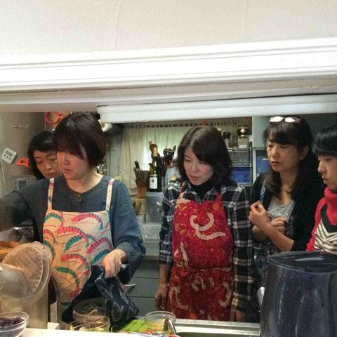 後半は調理実習。(この写真なぜか皆目をつむっていますが、瞑想しているのではありませんw)