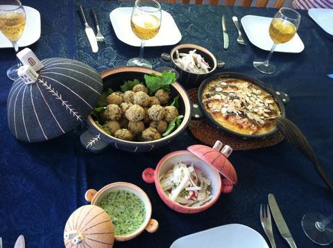 陶芸家の我妻珠美さんが持参してくれた器たちに盛りつけ。大豆のファラフェルwith小松菜&ゴマソース、鮭のディジョン風オーブン焼き、赤大根とホタテのサラダ