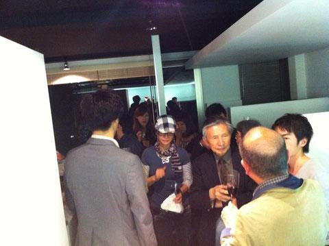 映像作家・勝河泰知氏の作品展のオープニングパーティの様子。2012年5月。右端に顔半分映っているのが勝河氏 @Prospect Hair Design