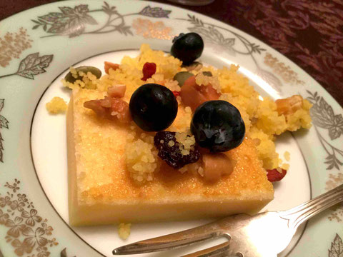 フランスの家庭菓子ミアスに、カルダモン風味のオレンジ果汁で戻したクスクスをベースにしたものをトッピング
