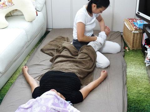 産後骨盤矯正では全身をしっかりとマッサージします。