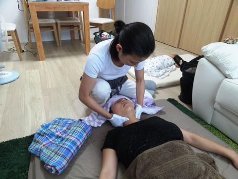 産後骨盤矯正では辛い肩こり、首こりをほぐします。