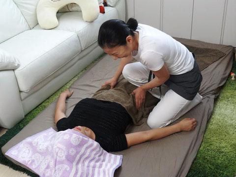 産後骨盤矯正ではお腹のマッサージをして冷え、ポッコリお腹改善をします。
