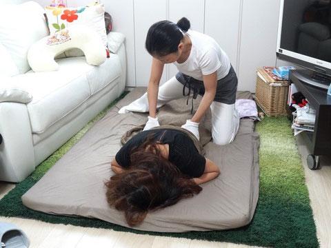 産後骨盤矯正では背中のマッサージをして抱っこや授乳のコリをほぐします。