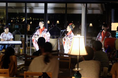 沖縄紅型衣装で豪華唄三線ライブは盛り上がります