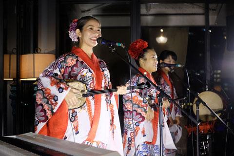華やかな紅型衣装の沖縄三線ライブは大人気です