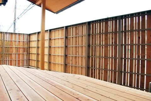 アルミ鋼材と杉の塀