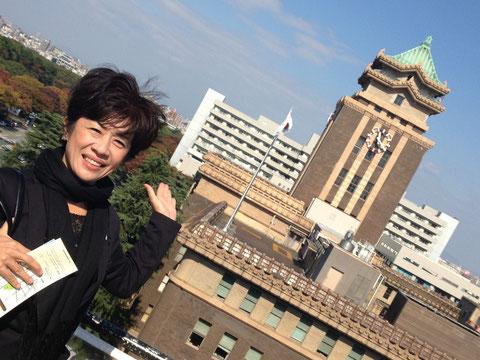 愛知県本庁舎の屋上からの眺め  後ろに見えるのは、名古屋市役所。 今まで県庁舎のお隣にあっても、あんまり気にしたことがなかったのですが、こうやって見てみると、名古屋市役所も捨てたもんじゃないなぁと、長い歴史の深さを感じました。