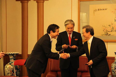 ■左から、輿水、福田知事、程永華中国大使。