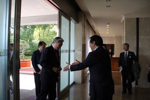 ■福田知事を迎える輿水。組長として堂々と日中友好に尽力する福田知事の今回の行動に感動。