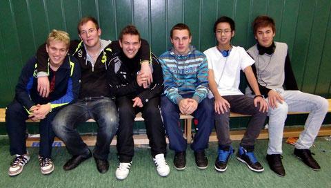Obligatorischer Rang 4 (v.l.n.r.): Danny Krimmel, Dimitri Kektschiew, Oliver Werner, Tim Nagel, Tu Nguyen u. Kim Tiprangsee