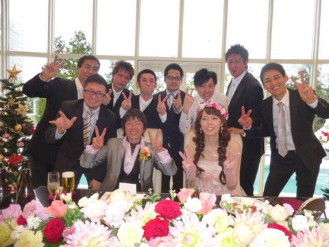 披露宴にて、新郎新婦と八ッ杉太鼓メンバーで記念写真v(^_^)v