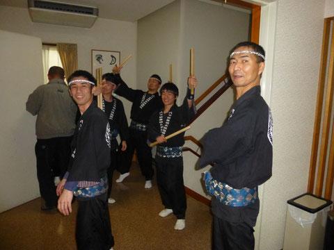 1つ目の本番前の写真です!メンバーのおばあちゃんの米寿のお祝いで太鼓を披露しました♪