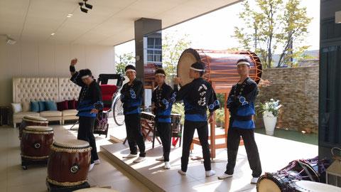福井の八雲迎賓館にて、新吾寿司さんから知人の披露宴への「祝い太鼓」のプレゼントとして演奏。外の噴水付きテラスをバックにして演奏しました!!秋晴れの中、大盛況でした(^_^)♪ ありがとうございました!