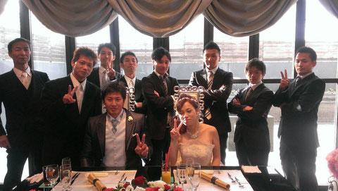 この日は、メンバーの内田君の結婚式でした!!新郎新婦とメンバー一同の写真です♪
