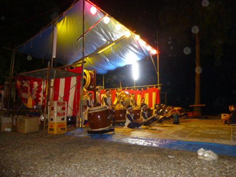 神社の境内に作られた特設ステージ!!ただ、若干広さが足りず、ステージ前のスペースも使っての演奏となりました!!はりきって太鼓を持って来すぎちゃったかも・・・(^_^;)