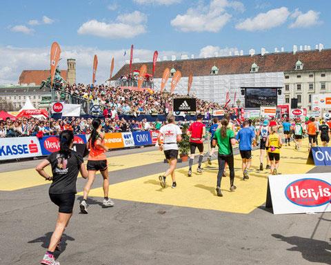 Arrivée du Marathon de Vienne devant le palais des Hofburg (photo du site du marathon)