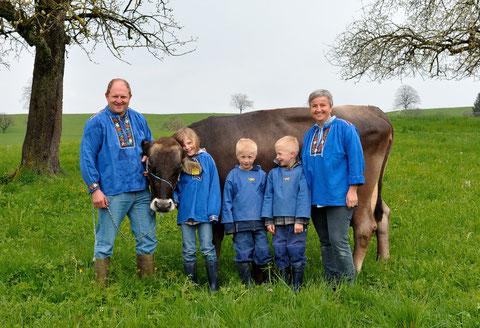 Die Familie Zollinger mit der Kuh Helvetia