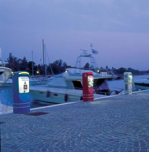Torretas de suministro eléctrico para pantalanes Torretas de distribución multifunciones para pantalanes  Torretas de iluminación para pantalanes Torretas de suministro de agua para pantalanes  Postes