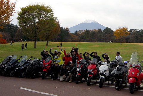 はい、富士山をバックに全員で記念撮影……って、なんかポーズが変だし!