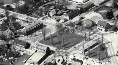 Das Rathaus 1969 kaum wieder zu erkennen mit dem flachen Notdach. Heute steht es wieder in voller Pracht mit der Uhr im Dachreiter. Am linken Bildrand ist ein Teil des Schulgebäudes und die angrenzende Post zusehen und oben das Torhaus vom ehemaligen Sase