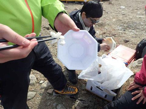 南極ではごみはしっかり弁別。日本で処理するぷらごみは赤道での腐敗を避けるため、カップめんの内部もきれいにする。