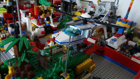 Un hélicopter posé sur une piste d'atterissage du Jedi Bar...