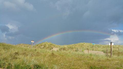 Hier kann man in den Dünen wandern von einem Ende des Regenbogens bis zum anderen ...