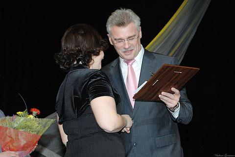 Алексей Грибанов вручает награду