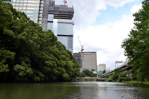 奥が弁慶橋。橋を行き交うサラリーマンやOLに見られます。