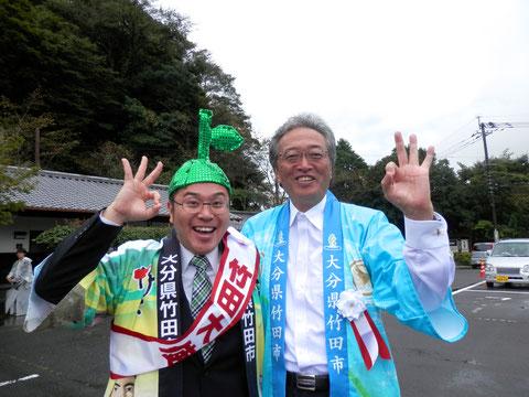 大分ローカルタレントカボスひろしが竹田市の市長と記念撮影