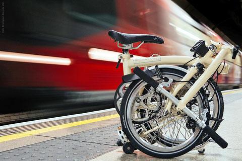 Gefaltet und mit Schutzhülle reisen Falträder auch im Fernverkehr der Bahn umsonst