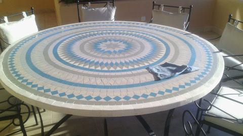 mesa realizada en azulejos,.se puede realizar en cualquier gtipo de material y tamaño