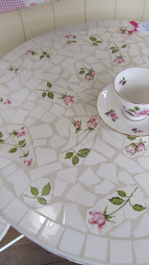 Mesa realizada en trencadis aprovechando el mismo dibujo del azulejo para juego de  tazas.Se puede realizar en cualquier tamaño .