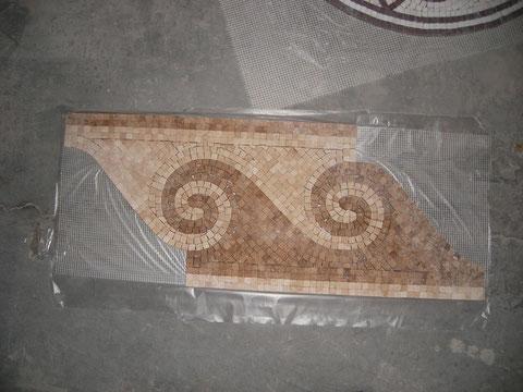 zenefa de marmol, realizada con teselas de 5 mm, anchura 15 cmts,
