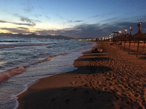 Abendstimmung an der Strandpromenade in El Arenal.