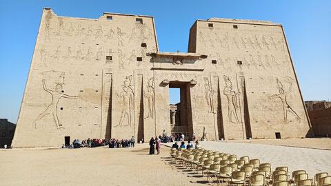 Der Eingang in den Horus-Tempel - gigantisch (mehr erfahrt ihr, wenn ihr auf das Bild klickt/tippt)