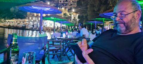 Abends Smartphone, Mythos, Gyros - diesmal fast mit den Füßen im Wasser am Strand von Panteli