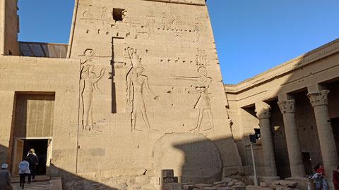 Auch hier die gigantischen Reliefs
