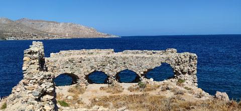 Oberhalb des Fischerhafens steht eine alte Burgruine - kein Hinweis, weder in Maps noch im Netz...