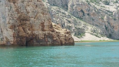 Hinter dem Felsen lauerten Winnetou und seine Stammeskrieger in Kanus auf den Ausgang des Duells