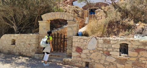 Wir beginnen unsere Wanderung an einer Kapelle (Agios Efthimios). Hier sieht man nur die Außenwand. Der Rest der Kapelle befindet sich in einer Höhle.