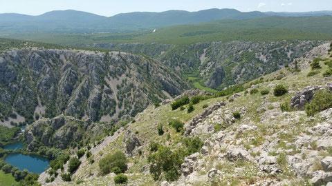 Hier ist schon die Krupa zu sehen und in der mittleren Schlucht fließen Krupa und Zrmanja (Rio Pecos...) zusammen