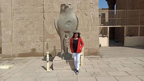 Vor dem Horus-Tempel in Edgu. Gewidmet dem Falkengott (links im Bild)