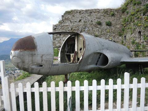 In den 50gern schoss Albanien dieses amerikanische Spionageflugzeug ab. Der Sieg über den US-Imperealismus war bewiesen...