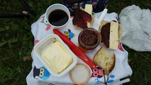 Einfach nur lecker - u.a. Schinken und Käse von der Platte gestern Abend im Restaurant (war wieder nicht zu schaffen)