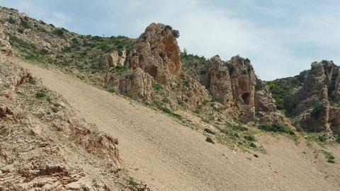 Ganz oben ist das Plateau auf dem das Winnetou Pueblo stand, aber auch die Szene (TdT) spielte, wo der Verbrecher Murdock Ltn. Cummings gefoltert hat.