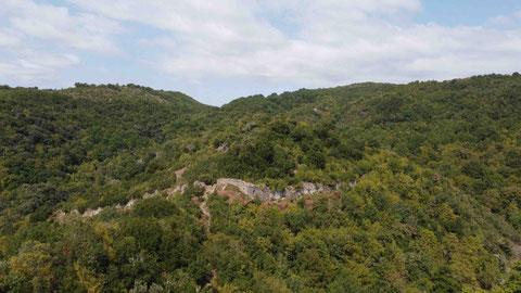 Gegenüber liegt die Festung Neposi (1)